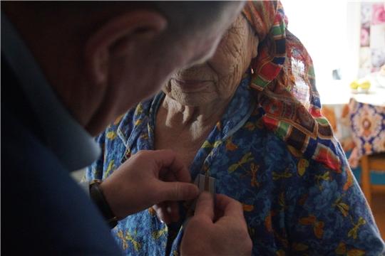 В Калининском районе продолжается вручение юбилейных медалей «75 лет Победы в Великой Отечественной войне 1941-1945 гг.»