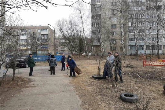 В Калининском районе продолжаются работы по очистке дворовых площадок от мусора