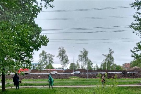 В городе Чебоксары продолжается косьба травы