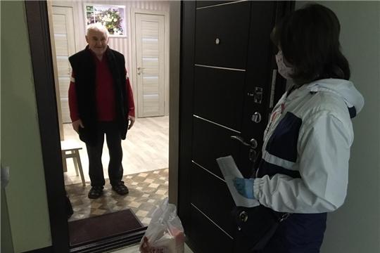 Сотрудники столичного комплексного центра продолжают вручать продуктовые наборы пожилым людям-инвалидам 1 и 2 групп