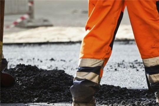 На территории Калининского района города Чебоксары, в целях подержания нормативного состояния асфальтобетонного покрытия проездов многоквартирных домов, ведутся работы по ямочному ремонту