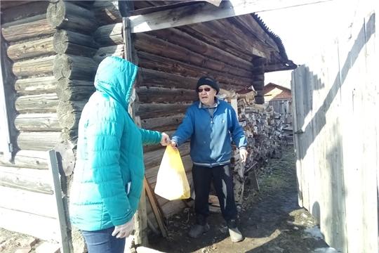 Акция «Мы вместе» в Канашском районе: помощь волонтеров пожилым селянам продолжается