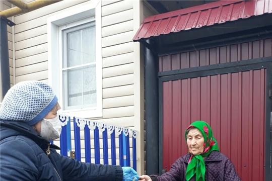 Пасхальные куличи   пожилым односельчанам -   от волонтеров-активистов в подарок