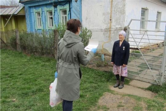 Выдача продуктовых наборов волонтерами в селе Малые Кибечи