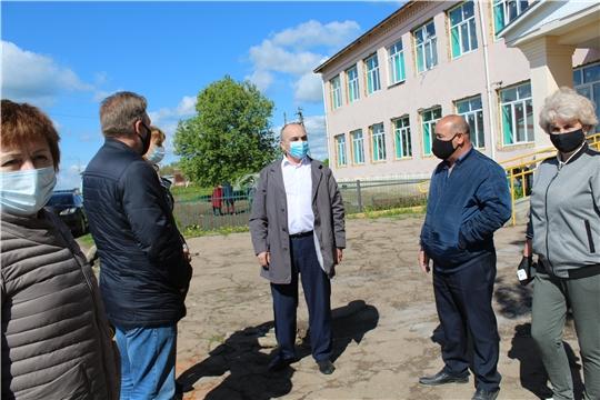 Глава администрации Канашского  района Степанов В.Н.  ознакомился с ходом  капитального ремонта в Тобурдановской и Шоркасинской средних школах