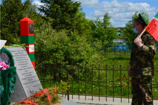 Пограничники возложили цветы к памятнику в Малобикшихском сельском поселении