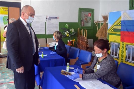 Глава администрации Канашского района Владимир Степанов одним из первых стал участником голосования по поправкам в основной закон страны