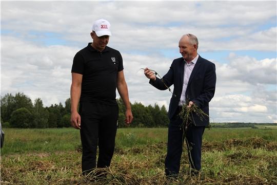 Глава администрации Красночетайского района Иван Михопаров ознакомился с ходом заготовки кормов в СХПК «Нива»