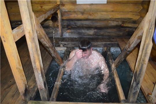 Более 300 жителей и гостей Мариинско-Посадского района приняли участие в праздновании Крещения Господне