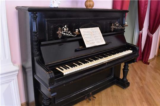 На экспозиции в купеческой гостиной - редкий инструмент старинной фортепианной фирмы эпохи Российской Империи