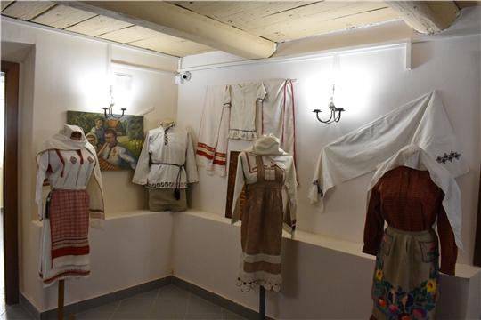 100-летие Чувашской автономной области: в районном краеведческом музее открылась выставка чувашской одежды