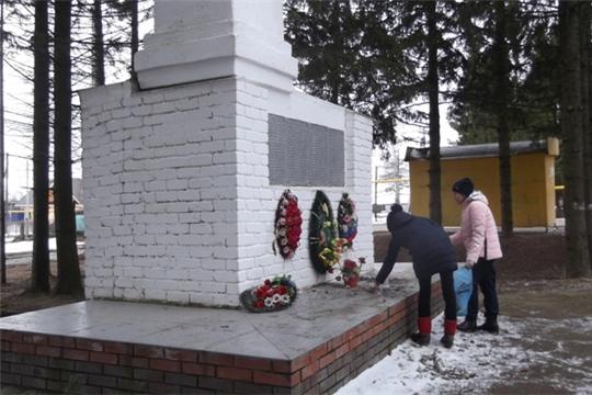 Юнармейцы Эльбарусовской школы провели уборку вокруг памятника