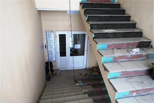 В Цивильской больнице продолжается ремонт лестничных пролетов