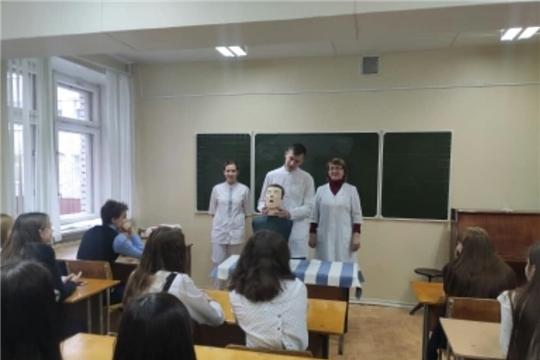 Врачи Новочебоксарского медицинского центра провели мастер-класс для школьников
