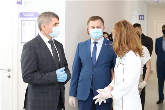 Олег Николаев осмотрел отремонтированную поликлинику Городского клинического центра