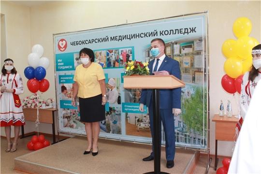 Министр здравоохранения Чувашии Владимир Степанов вручил дипломы выпускникам медицинского колледжа