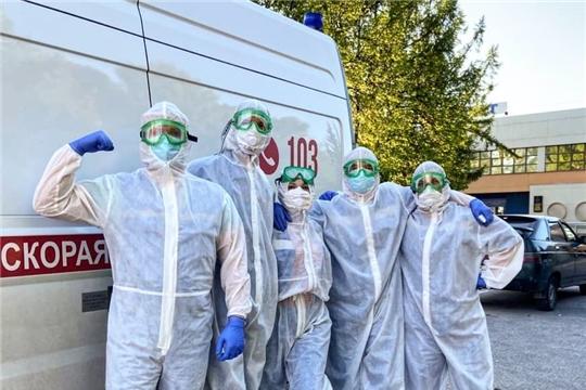 Республиканское отделение Красного Креста передало комплекты средств индивидуальной защиты службе скорой медицинской помощи