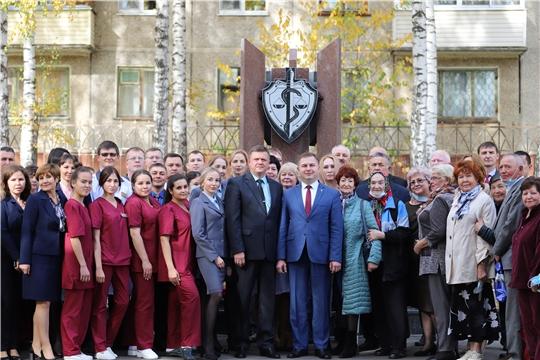 В Чебоксарах установлена стела «Памяти медицинским работникам»
