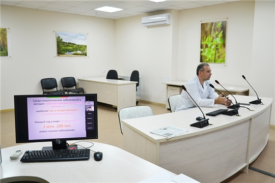 Заведующий онкологическим отделением №6 Сергей Агафонкин рассказал о профилактике рака молочных желез работникам банка