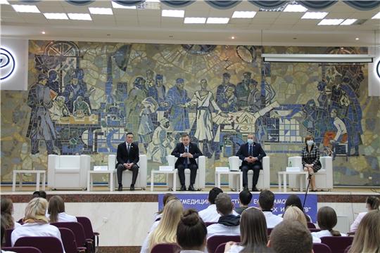 Министр здравоохранения Чувашии Владимир Степанов встретился со студентами-медиками