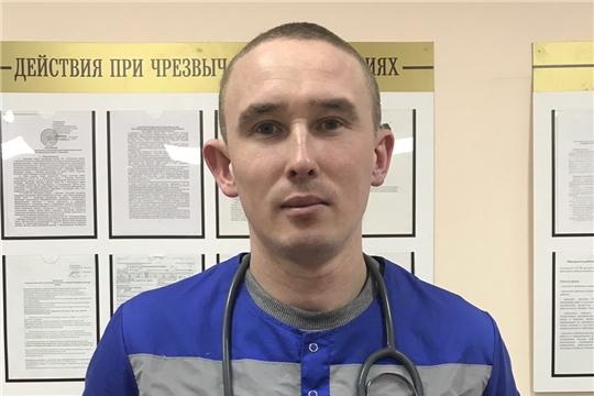 Даже вне работы готов спасать: фельдшер Андрей Николаев вывел девушку из задымленной комнаты