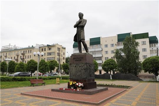 Министр Роза Лизакова возложила цветы к памятнику Константину Иванову