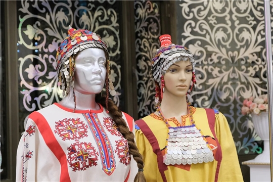 В зеркальном фойе Чувашского театра оперы и балета открылась выставка «В краю ста тысяч вышивок»
