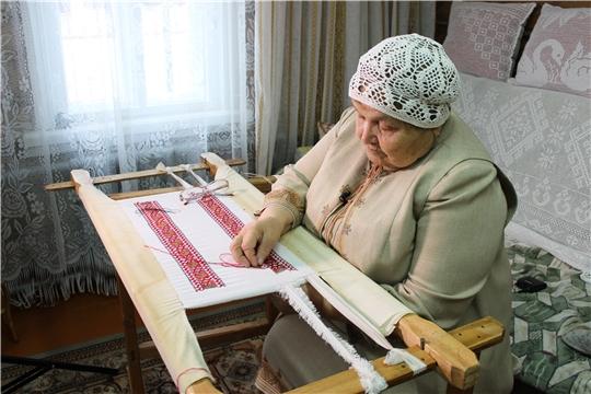 Народный мастер РСФСР Мария Симакова принимает участие в акции «Сурпан Пӗрле»