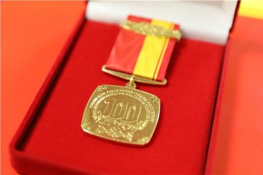 Олег Николаев наградил лучших инженеров АО «ЧЭАЗ» памятной медалью «100-летие образования Чувашской автономной области»