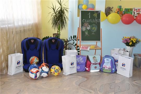 """Чувашская энергосбытовая компания передала детям """"Чемоданы добра"""" со школьными принадлежностями"""