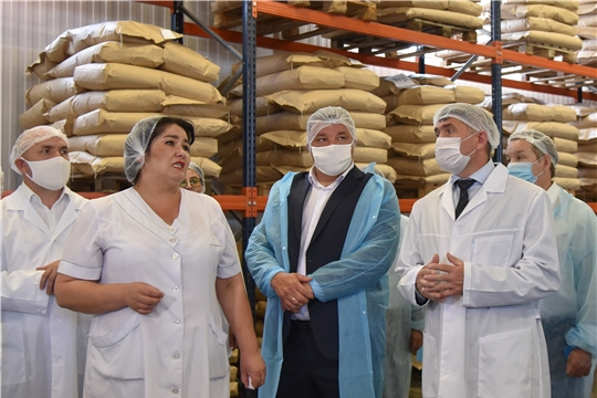 Олег Николаев посетил Новочурашевский молочный завод Ибресинского района