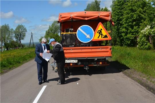 В Батыревском районе продолжаются работы по нанесению дорожной разметки на автомобильных дорогах