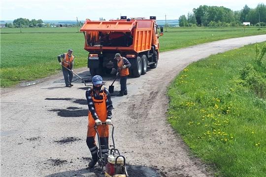 На муниципальной сети дорог Вурнарского района продолжаются ямочный ремонт