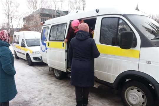 Мобильные бригады центров соцобслуживания доставляют сельчан старше 65 лет в районные больницы