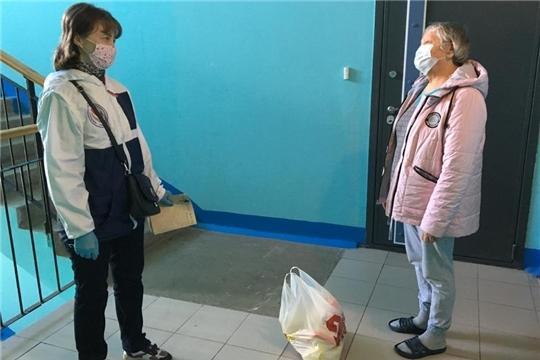Сотрудники столичного комплексного центра продолжают вручать продуктовые наборы пожилым инвалидам 1 и 2 групп