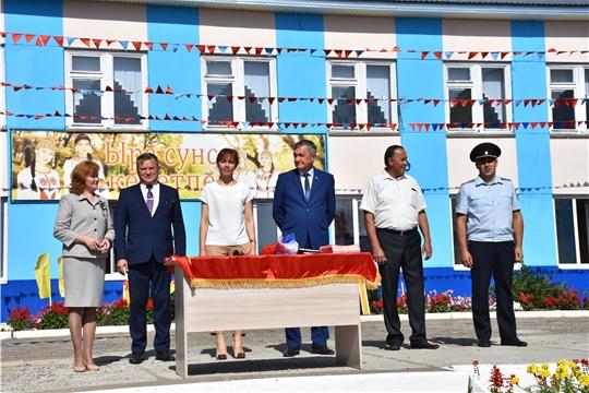 Министр труда Алена Елизарова приняла участие в линейке Чувашско-Сорминской школы
