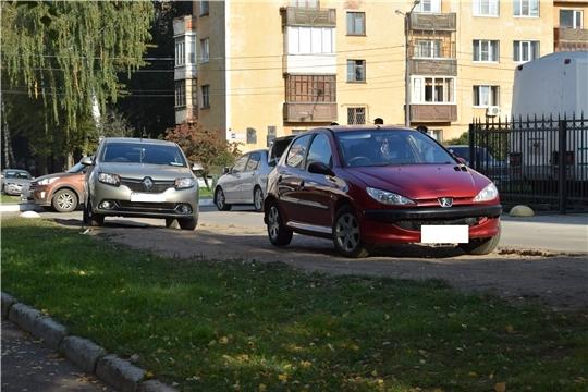 Тротуары и газоны – не место для парковки автомобилей