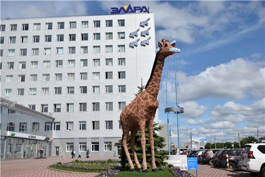 Прохожих по Московскому проспекту вновь радует полюбившийся арт-объект – жираф