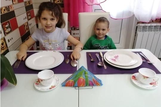Для дошкольников в режиме онлайн прошел мастер-класс по сервировке стола к семейному ужину