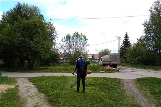 Работники жилищно-коммунального хозяйства завершают первый этап покоса травы