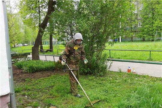 В столице Чувашии продолжается второй этап покоса травы