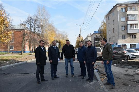 «Безопасные и качественные автомобильные дороги»: комиссия проверила ход работ по улице Урукова