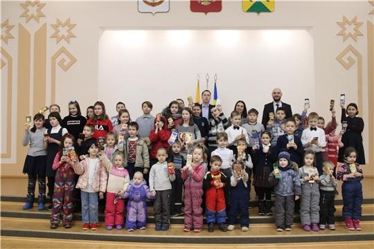 """г. Новочебоксарск: акция """"Шоколадный подарок каждому ребенку"""" завершилась традиционным вручением сладких подарков"""