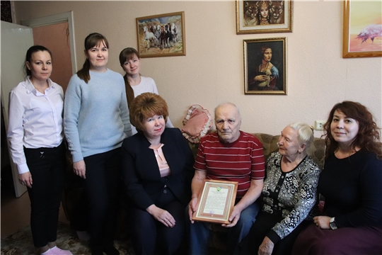 Глава администрации Новочебоксарска Ольга Чепрасова посетила на дому жителей блокадного Ленинграда