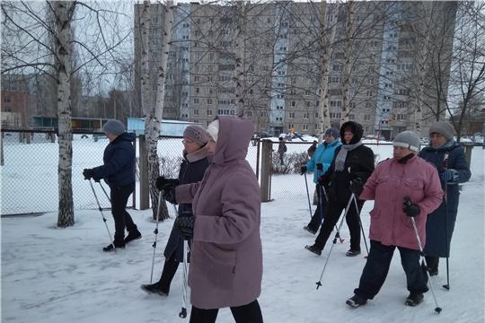 Активные жители ТОС «Интернационалист» вышли на занятия скандинавской ходьбой
