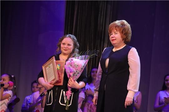 Глава администрации Новочебоксарска Ольга Чепрасова поздравила коллектив вокальной студии «Шевле» с 10-летием