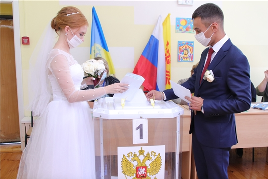 Молодожены в день свадьбы пришли на выборы главы Чувашии и депутатов местного самоуправления