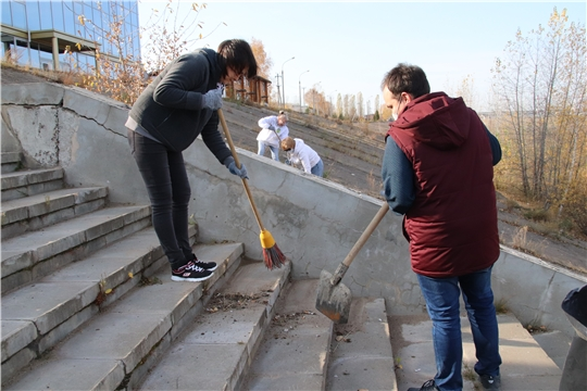 Сотрудники администрации города Новочебоксарска провели субботник на нижней волжской набережной