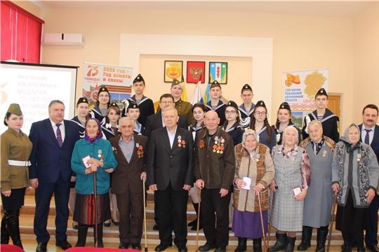 В Порецком районе продолжается вручение юбилейных медалей к 75-летию Победы