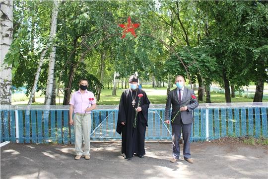 В День памяти и скорби в Шемуршинском районе состоялось возложение цветов к памятнику погибшим воинам в годы Великой Отечественной войны